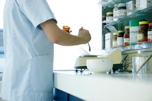 薬品を量る薬剤師の写真素材 [FYI02667212]
