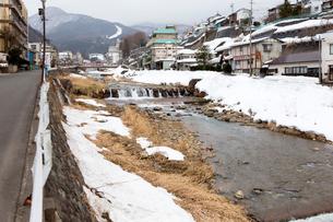 渋温泉を流れる横湯川の写真素材 [FYI02667251]
