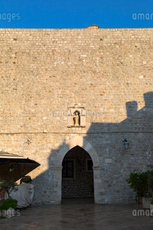 ルジャ広場へ向かう外壁の門の写真素材 [FYI02667291]