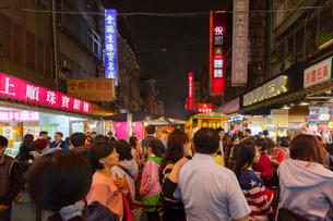 台北 饒河街夜市,メインストリートの写真素材 [FYI02667302]