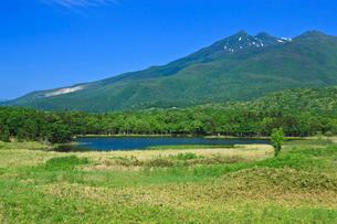 知床一湖と知床連山の写真素材 [FYI02667309]