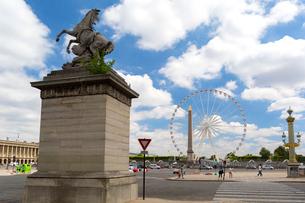 シャンゼリゼ通りから望むコンコルド広場の写真素材 [FYI02667329]