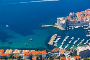 スルジ山から望むイヴァン要塞と旧港の入り江の写真素材 [FYI02667332]