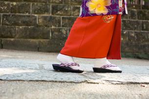 着物を着て歩く女性の足元の写真素材 [FYI02667362]