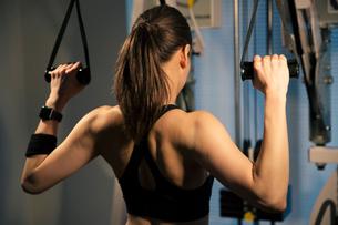 トレーニング中の女性の後ろ姿の写真素材 [FYI02667430]