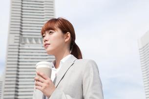 コーヒーカップを持つヤングビジネスウーマンの写真素材 [FYI02667431]