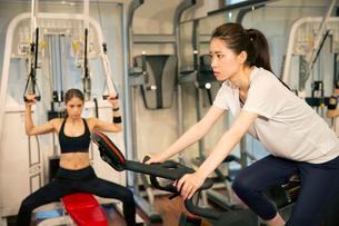 ジムでトレーニングをする20代女性2人の写真素材 [FYI02667473]
