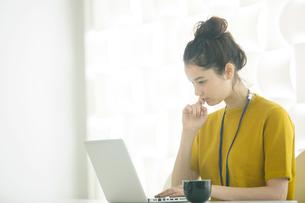 20代女性の仕事風景の写真素材 [FYI02667518]