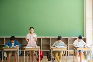 小学生の授業風景の写真素材 [FYI02667519]