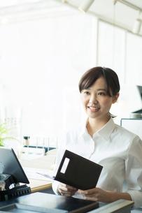 お会計をするカフェ店員の写真素材 [FYI02667532]