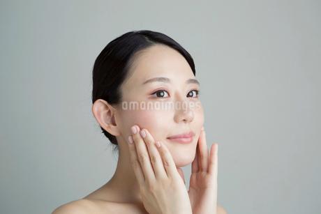 手を顔に当てる20代女性の写真素材 [FYI02667540]