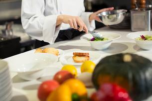 調理場で働く女性の手元の写真素材 [FYI02667545]
