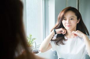 ネックレスをつける30代女性の写真素材 [FYI02667572]