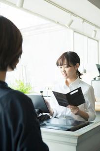 お会計をするカフェ店員の写真素材 [FYI02667573]