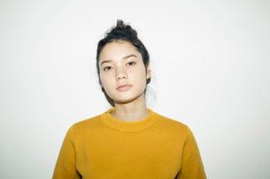 クールな表情の20代女性の写真素材 [FYI02667583]