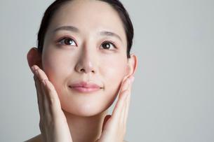 手を顔に当てる20代女性の写真素材 [FYI02667588]