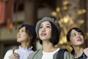 寺院を観光する3人の女性の写真素材 [FYI02667689]