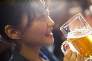 生ビールを飲む20代女性の写真素材 [FYI02667693]