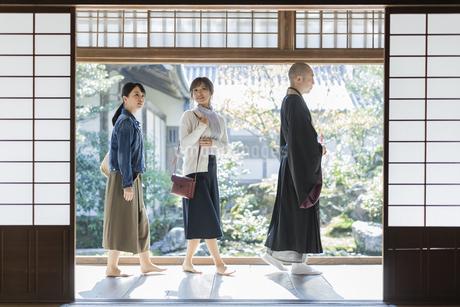 寺院を案内する住職と2人の女性の写真素材 [FYI02667726]