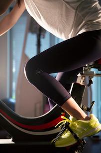 エアロバイクを漕ぐ女性の足元の写真素材 [FYI02667764]