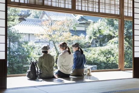 縁側に座る3人の女性の写真素材 [FYI02667778]