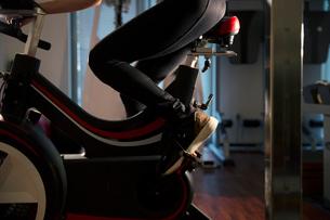 エアロバイクを漕ぐ女性の足元の写真素材 [FYI02667790]