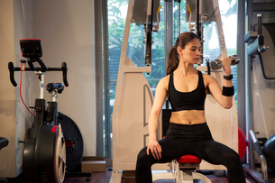 ジムでトレーニングをする20代女性の写真素材 [FYI02667883]