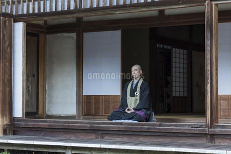縁側で座禅をする住職の写真素材 [FYI02667893]