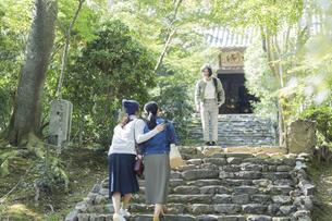 参道を歩く3人の女性の写真素材 [FYI02667905]