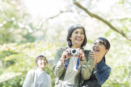 カメラを持って笑顔の3人の女性の写真素材 [FYI02667909]