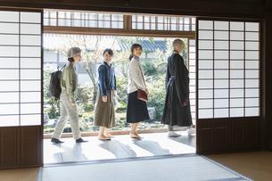 寺院を案内する住職と3人の女性の写真素材 [FYI02667938]