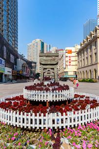 大連,天津街の花壇と塔の写真素材 [FYI02667954]