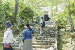 参道を歩く3人の女性の写真素材 [FYI02667955]