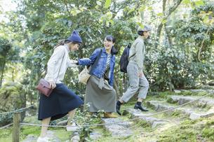 参道を歩く3人の女性の写真素材 [FYI02667976]