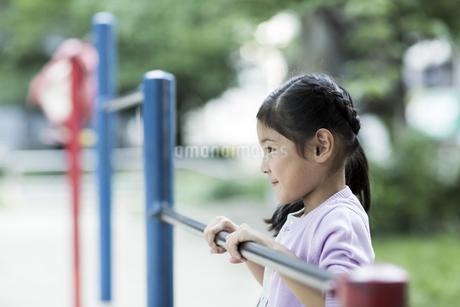 鉄棒で遊ぶ女の子の写真素材 [FYI02667982]