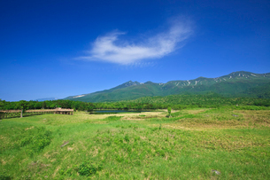 知床一湖と知床連山の写真素材 [FYI02667985]