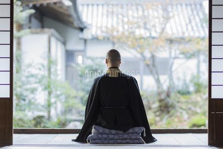 縁側で座禅をする住職の写真素材 [FYI02667990]