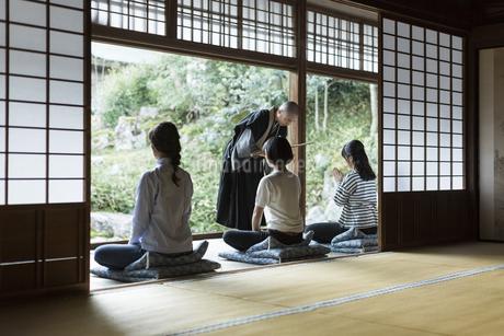 座禅をする3人の女性の写真素材 [FYI02668002]