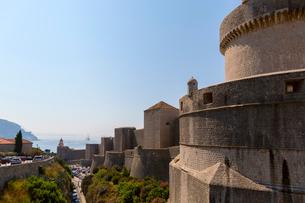 ミンチェタ要塞と城外の街の写真素材 [FYI02668013]