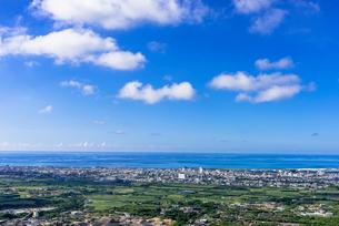バンナ展望台より石垣市内と夏雲の写真素材 [FYI02668034]