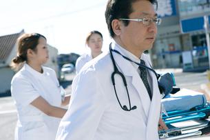 救急対応する医療スタッフの写真素材 [FYI02668042]