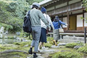 寺院を観光する3人の女性の写真素材 [FYI02668097]