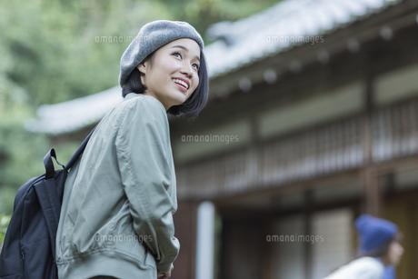 寺院を観光する若い女性の写真素材 [FYI02668098]