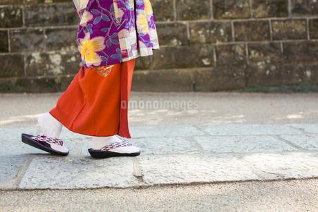 着物を着て歩く女性の足元の写真素材 [FYI02668148]