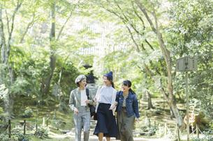 参道を歩く3人の女性の写真素材 [FYI02668173]