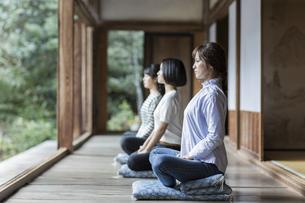座禅をする3人の女性の写真素材 [FYI02668195]