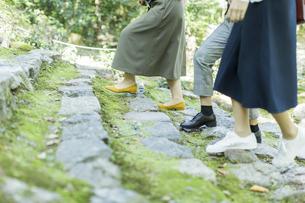 参道を歩く女性の足元の写真素材 [FYI02668197]
