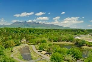 鳥野目河川公園と那須岳の写真素材 [FYI02668232]