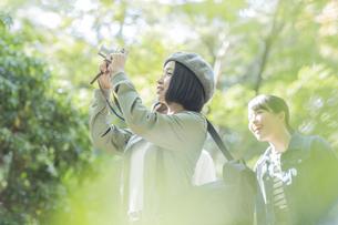 カメラを撮影をする若い女性の写真素材 [FYI02668248]
