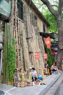 ハノイ旧市街の竹屋の写真素材 [FYI02668252]